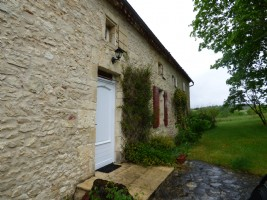 Stone set of old stone house and barn on 13 ha of land - Natural swimming pool.