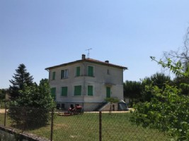 Detached spacious house with large garden and workshop