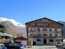 Pretty studio with south-facing balcony, on the ski-bus route in Morzine.