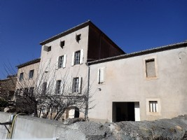 Spacious winegrower's house to finish renovating with convertible attic, gite and garden.