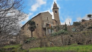 Former presbytery offering main house and independent apartment on 1303 m² with pool and views.