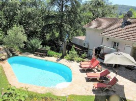 Detached villa with 137 m² of living space on a 1451 m² plot with pool and superb views !