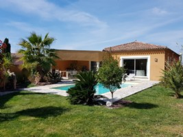 Beautiful villa with 130 m² of living space on 914 m² with pool in a private residential street