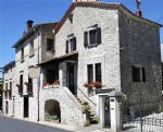Stone house with B&B, private apartment and gite on a 964 m² plot in a sought-after village.