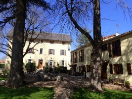 Pretty walled domaine with main house (300 m²), gites (200 m²), pool and excellent revenue !