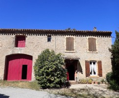 Renovated winery with 5 bedrooms on a 1710 m² plot with pool and views. Sold fully furnished.