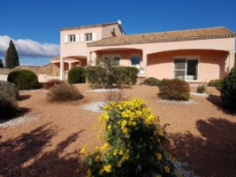Exceptional location and high quality features for this villa of 220 m² on 2324 m² with pool.