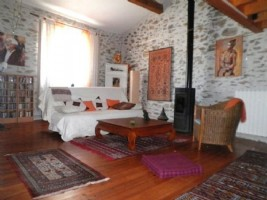 Spacious village house with 4 bedrooms, artist studio, terrace and courtyard.
