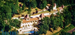 Near Sarlat. Beautiful property with hotel restaurant-apartments and houses of residence. 2 hect.