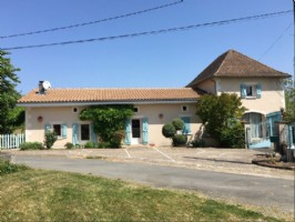 Country house for sale in south Charente. Heated pool