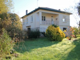 House, 3 bedrooms, 1415m² with large garage.