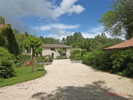 Voulon (86) - Stunning location for this hamlet of 4 houses, extensive river frontage, woodland