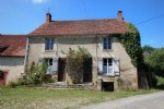Old and nice hamlet house to restore, with outbuildings.