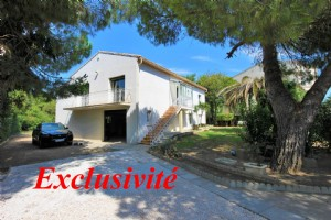 *Stylish, modern house with pool, gardens, 5km from the beach!