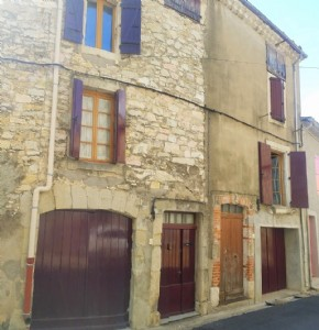 Character village house to renovate/modernise with 135 m² living space, 2 garages and terrace.