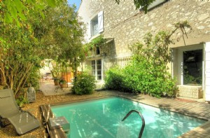 Pretty converted winery with main residence, independent apartment, garden, pool and revenues !