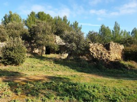 Non constructible leisure land of 12810 m² with views and chalet.