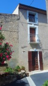 Village house to renovate with 90 m² of living space and convertible attic.