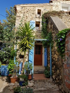 Charming village house with 100 m² of living space, garden of 200 m², terrace and pool.