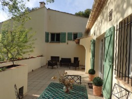 Amongst the vineyards, domaine of about 1,8 ha with 2 renovated and furnished farmhouses.