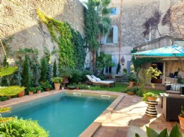 Superb bourgeoise home with 245 m² of living space with 6 bedrooms, courtyard/garden and pool.
