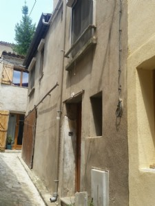 Village house with 48 m² living space to renovate with workshop.