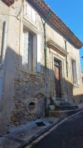 Winegrowers house with 4 bedrooms, garage, attic, terraces, courtyard and lots of potential !