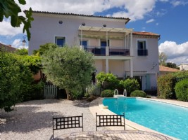 Beautiful town house with 3 apartments on 480 m² with pool and views, 5 minutes from Pézenas.
