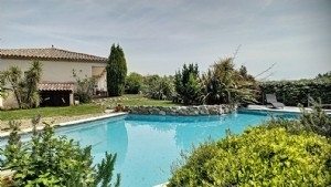 Single storey villa with 140 m² of living space on 1144 m² with pool and beautiful views.