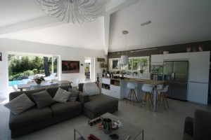 Near Valbonne contemporary villa in a quiet