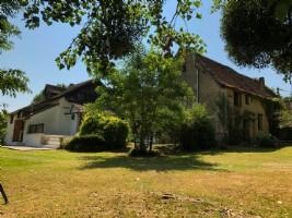 Ancienne maison principale et 2 gites, bon état, au calme, piscine, terrain facile d'entretien