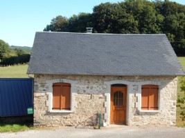 Stone farmhouse, 2 bedrooms, barn 150 m2, land of 3 hecture 9635 m2 with river.