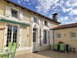 Renovated house near shops ,swimming lake. Garden. CHIVES