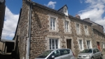 Plenee-jugon: 6 bed stone built town house with constructible land