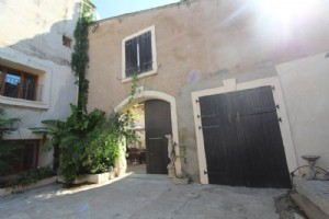 *Large character house in the center of Capestang with pool and cinema!