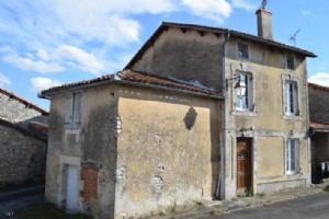 Verteuil-Sur-Charente : House To Finish Renovating Within The Village