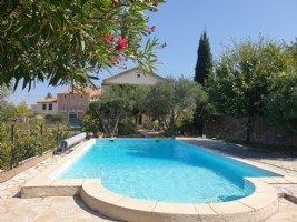 Pretty winegrowers house with independent studio on a 550 m² plot with pool and views !