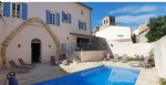 Large renovated winegrower home with 170 m² of living space and superb courtyard with pool.