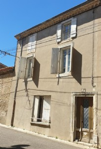 Character house to renovate with 135 m² of living space, balcony and in the village centre.