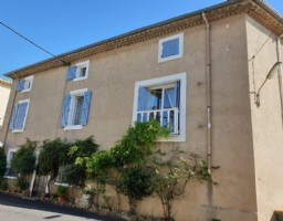 Charming house in the heart of the village with 4 B&B rooms, 2 apartments and a terrace.
