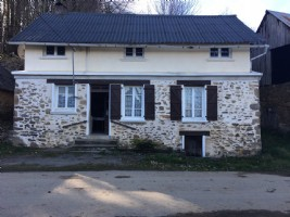 Detached farmhouse to renovate with a large barn and another small house and barn. 3000 m2 garden.