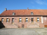 large farm with closed courtyard (140m2 hab.) and 800m2 of outbuildings on 3400m2