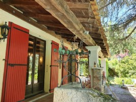 Bespoke property in a quiet area with lovely views near the medieval town of Forcalquier