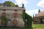 Stone cottage to renovate with large barn and garden of 891m²