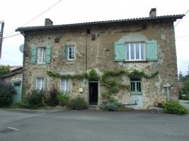 Attractive 4 bedroom house with garden and barn