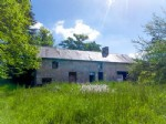 Stone house requiring a complete interior renovation.4275 m² of land.