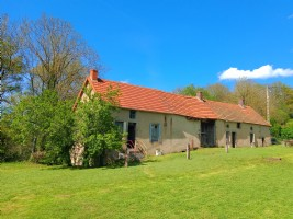 Farmhouse to renovate at the end of a quiet hamlet.