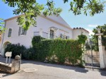 Renovated winegrower property in the heart of the village on 907 m² with pool.