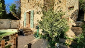 Quaint stone village house to renovate, with 90 m² of living space, terraces and views.