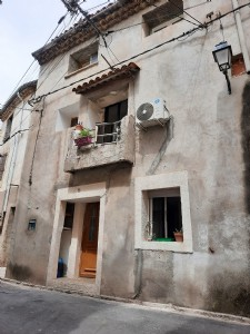 Village house in the heart of the village, ideal investment for rental income.